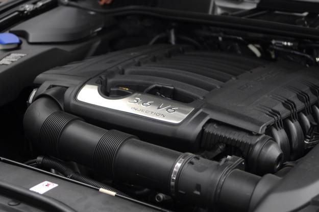 2011 Porsche Cayenne 3.6 direct injected VR6 6 cylinder oil change filter service engine bay motor underhood